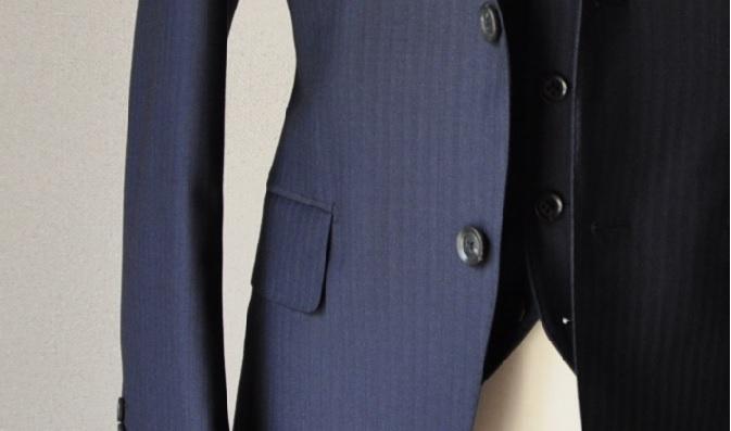 042635d0376768b5a257f15e0322f200 「ジャケットの腰ポケットについているフラップは出すもの?しまうもの?」