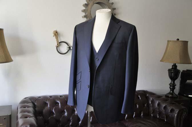 DSC0106-2 お客様のスーツの紹介- DOEMEUIL AMADEUS 無地ネイビースリーピーススーツ-