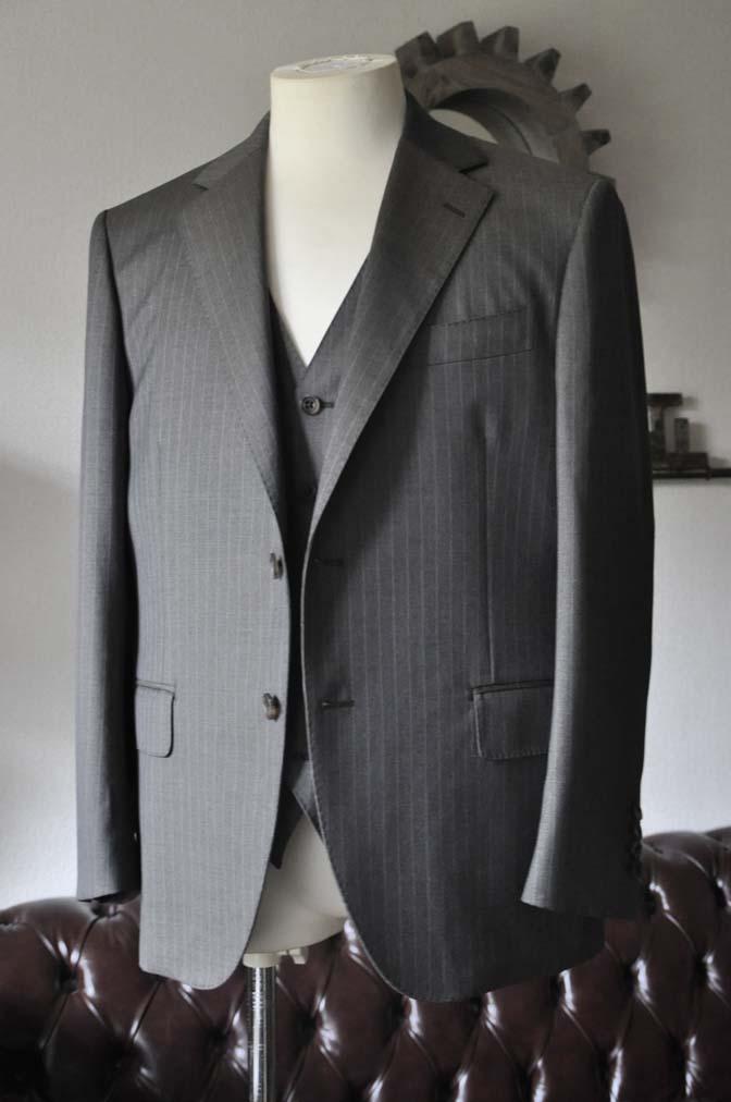 DSC0123-3 お客様のスーツの紹介- Biellesi グレーストライプスリーピース-