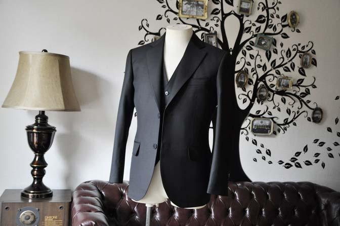 DSC0123-4 お客様のスーツの紹介-CANONICO無地ブラック スリーピース-