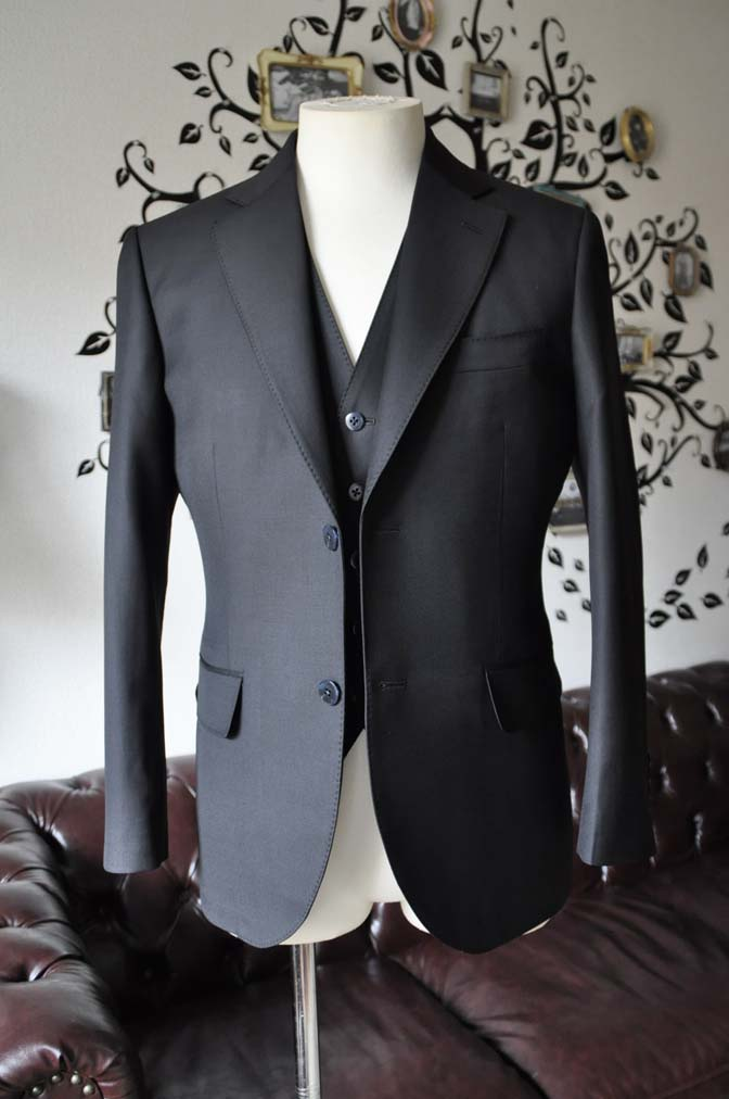 DSC0125-3 お客様のスーツの紹介-CANONICO無地ブラック スリーピース-