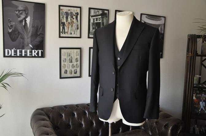 DSC0125 お客様のスーツの紹介- 無地ブラックスリーピーススーツ-