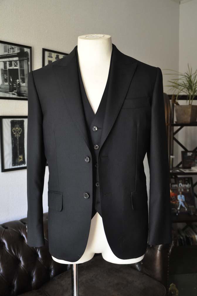 DSC0126 お客様のスーツの紹介- 無地ブラックスリーピーススーツ-