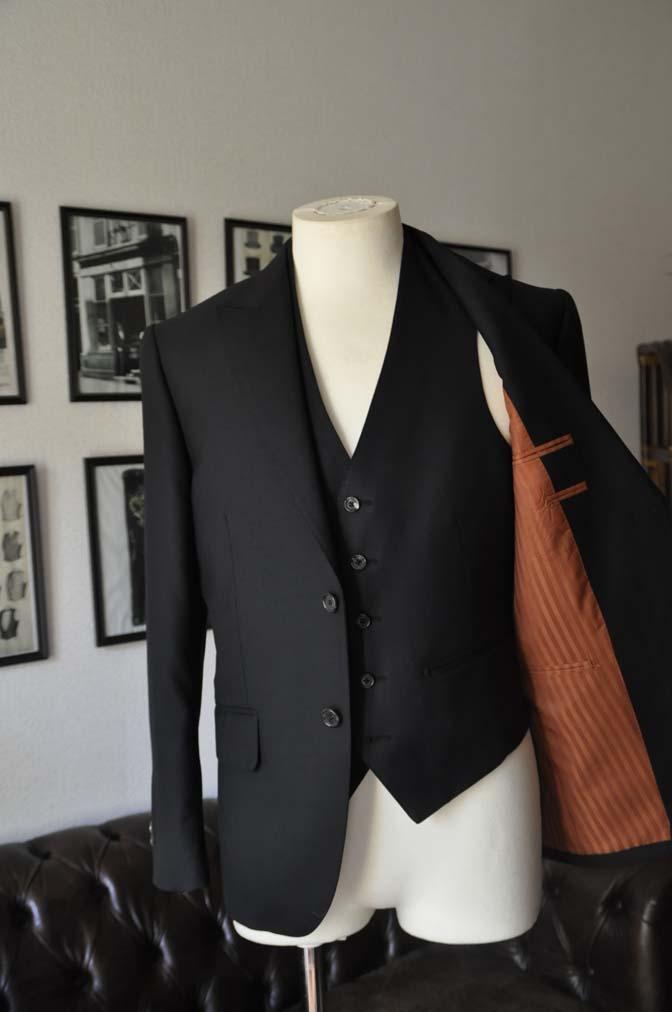 DSC01272 お客様のスーツの紹介- 無地ブラックスリーピーススーツ-