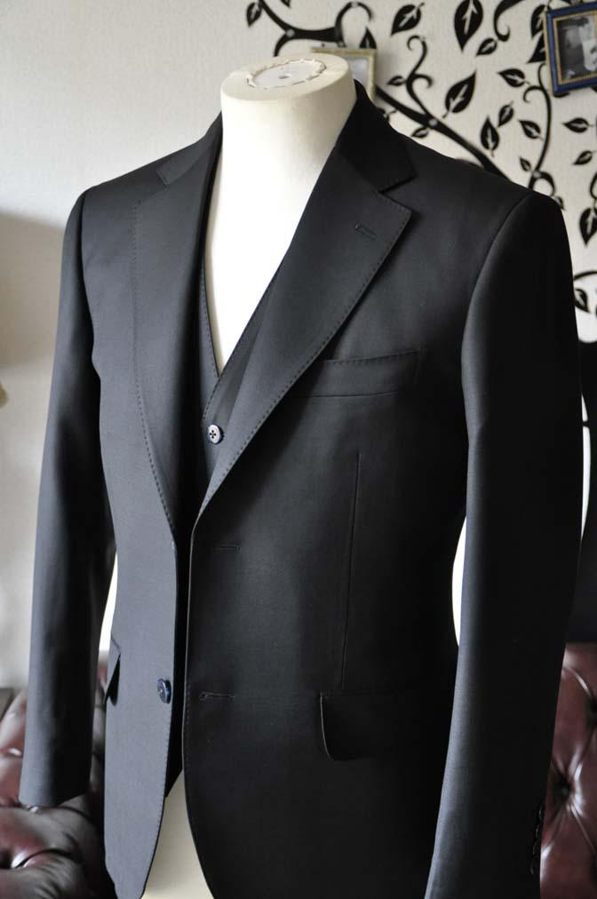 DSC0128-4 お客様のスーツの紹介-CANONICO無地ブラック スリーピース-