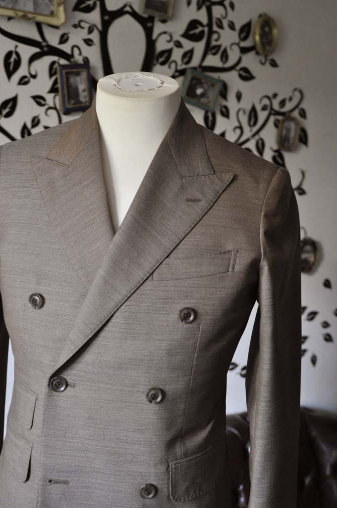 DSC0128-5 お客様のスーツの紹介- 御幸毛織 無地ブラウンダブルスーツ-