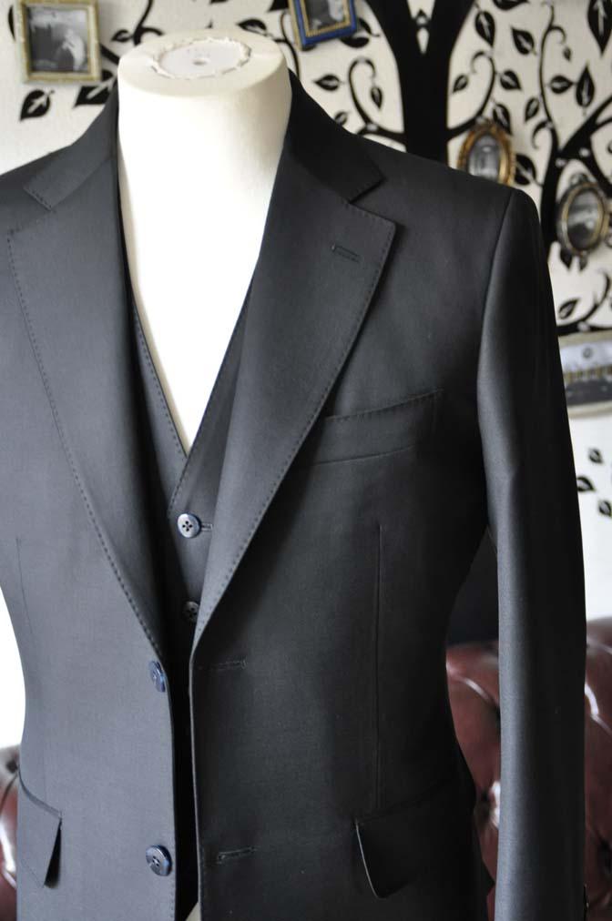 DSC0129-4 お客様のスーツの紹介-CANONICO無地ブラック スリーピース-