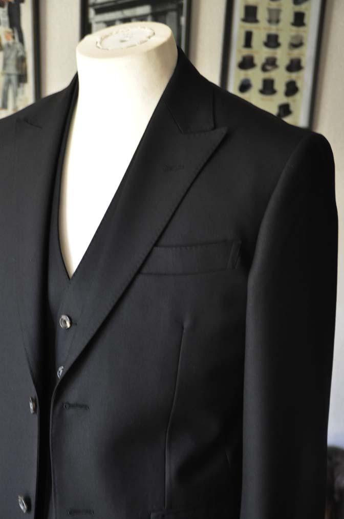 DSC01292 お客様のスーツの紹介- 無地ブラックスリーピーススーツ-