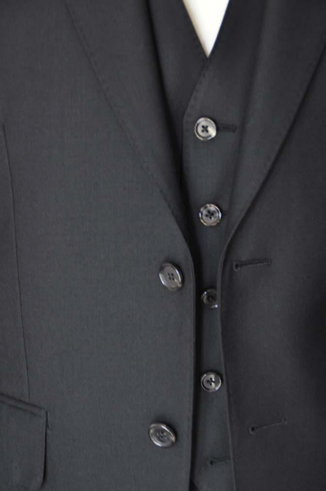 DSC01322 お客様のスーツの紹介- 無地ブラックスリーピーススーツ-