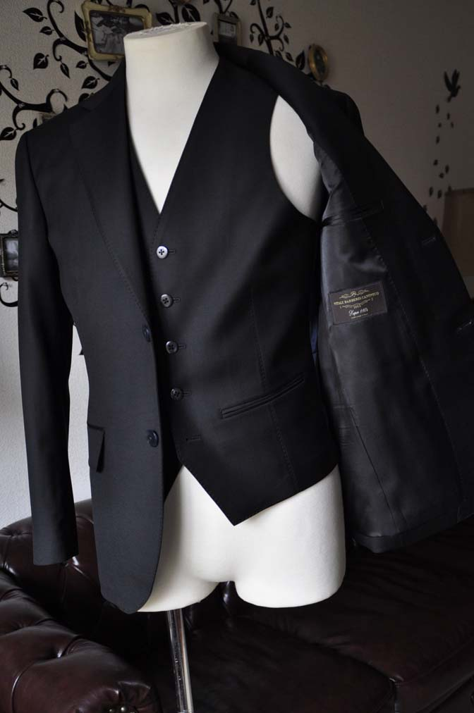 DSC0139-4 お客様のスーツの紹介-CANONICO無地ブラック スリーピース-