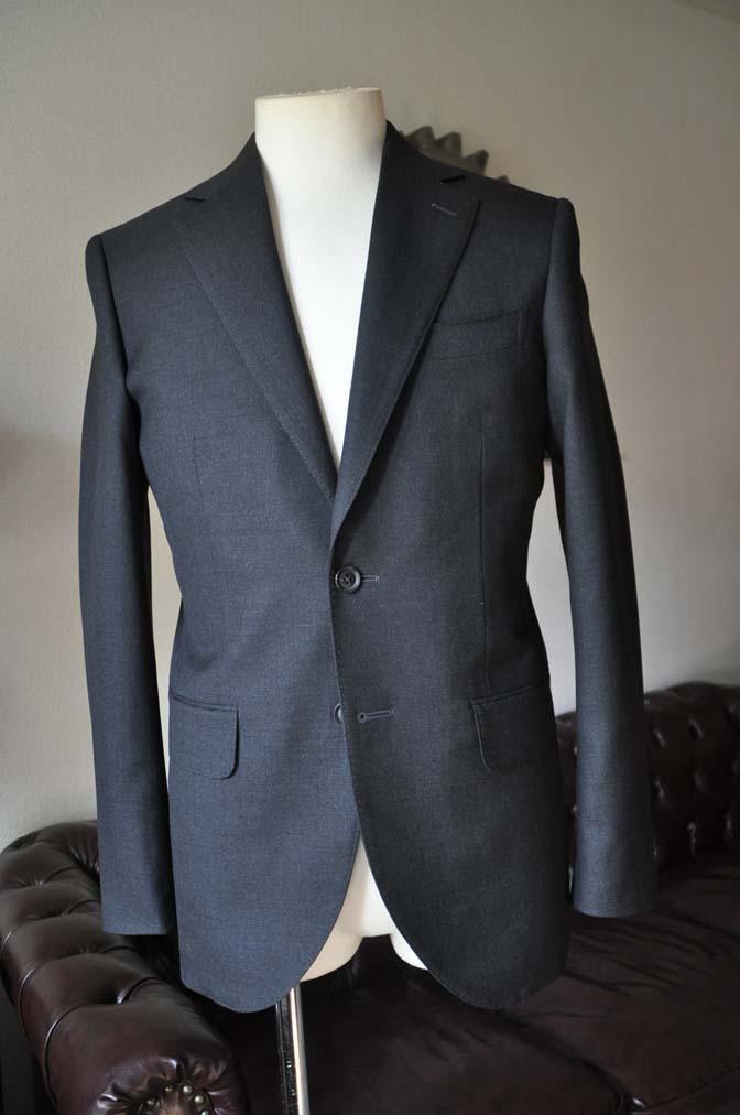 DSC0172-5 お客様のスーツの紹介- 無地チャコールグレースーツ-