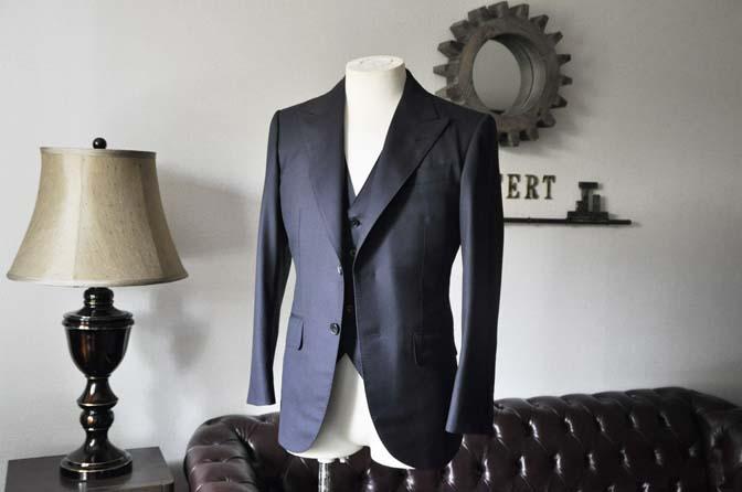 DSC0192-2 スーツの紹介- CAVENDISH 無地ネイビー スリーピース-