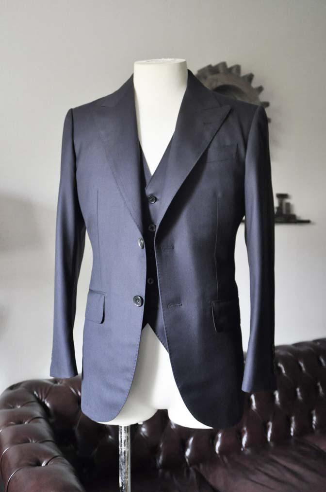 DSC0193-2 スーツの紹介- CAVENDISH 無地ネイビー スリーピース-