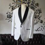 お客様のタキシードの紹介- Collezioni Biellesiホワイトショールカラータキシードジャケット、ブラックパンツ-