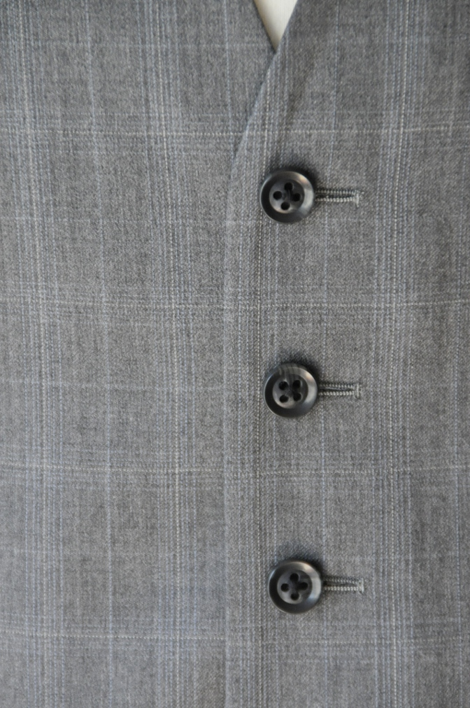 DSC03061 お客様のウエディング衣装の紹介- BIELLESI ネイビーチェックスーツ グレーチェックベスト- 名古屋の完全予約制オーダースーツ専門店DEFFERT