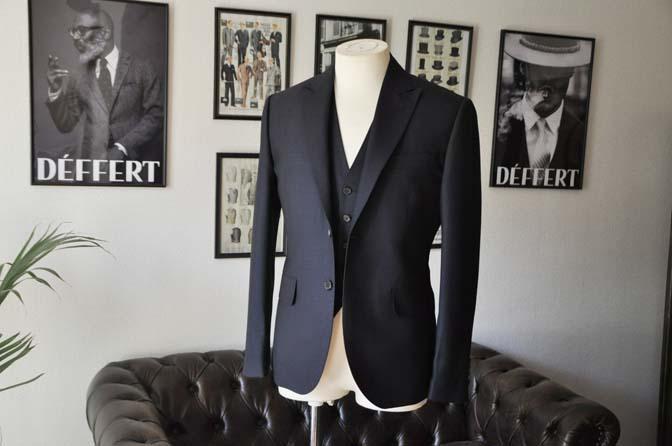 DSC03353 お客様のスーツの紹介- DUGDALE 無地ネイビースリーピーススーツ-