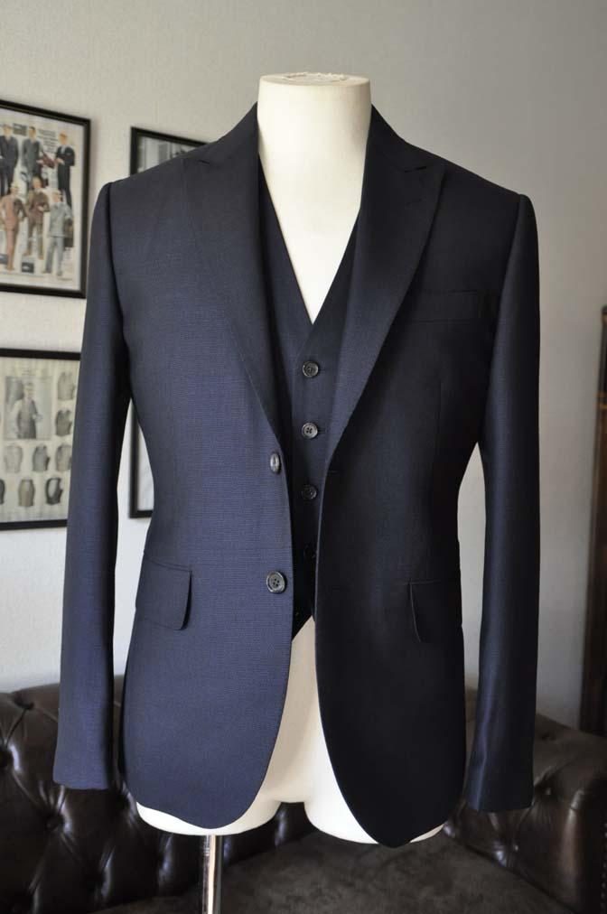 DSC03363 お客様のスーツの紹介- DUGDALE 無地ネイビースリーピーススーツ-
