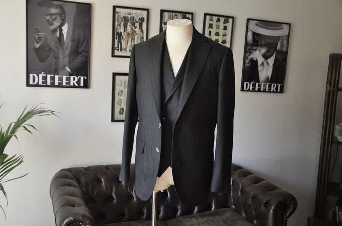 DSC03523 お客様のスーツの紹介- DUGDALE チャコールグレーストライプ スリーピース- 名古屋の完全予約制オーダースーツ専門店DEFFERT