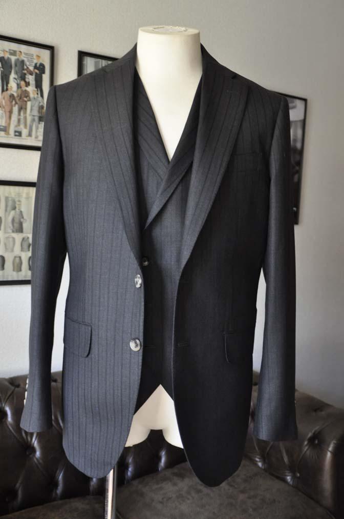 DSC03547 お客様のスーツの紹介- DUGDALE チャコールグレーストライプ スリーピース- 名古屋の完全予約制オーダースーツ専門店DEFFERT