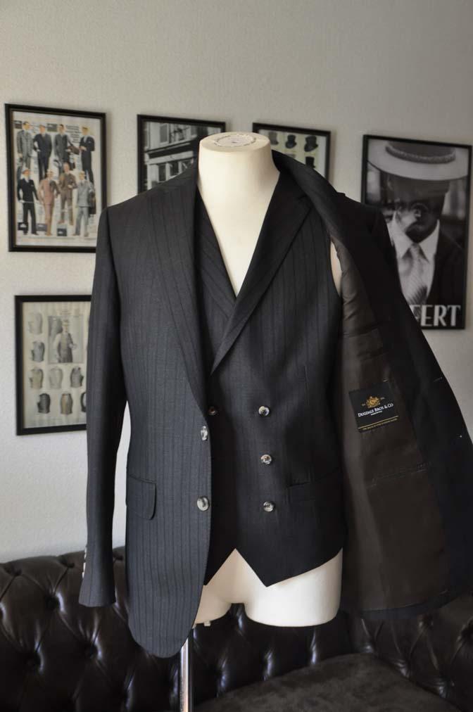 DSC03555 お客様のスーツの紹介- DUGDALE チャコールグレーストライプ スリーピース- 名古屋の完全予約制オーダースーツ専門店DEFFERT