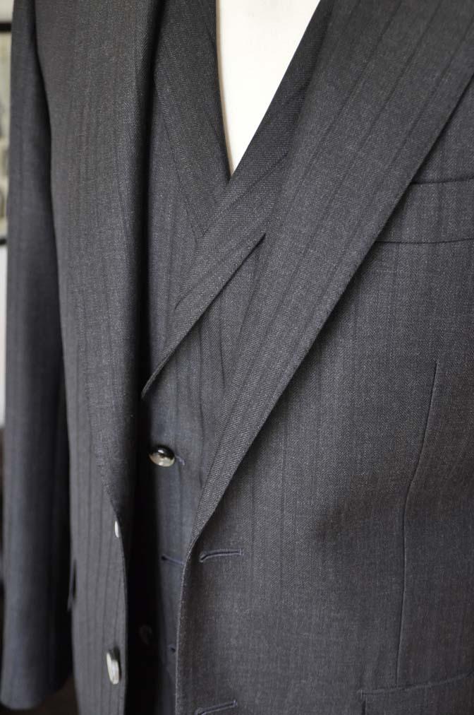 DSC03671 お客様のスーツの紹介- DUGDALE チャコールグレーストライプ スリーピース- 名古屋の完全予約制オーダースーツ専門店DEFFERT