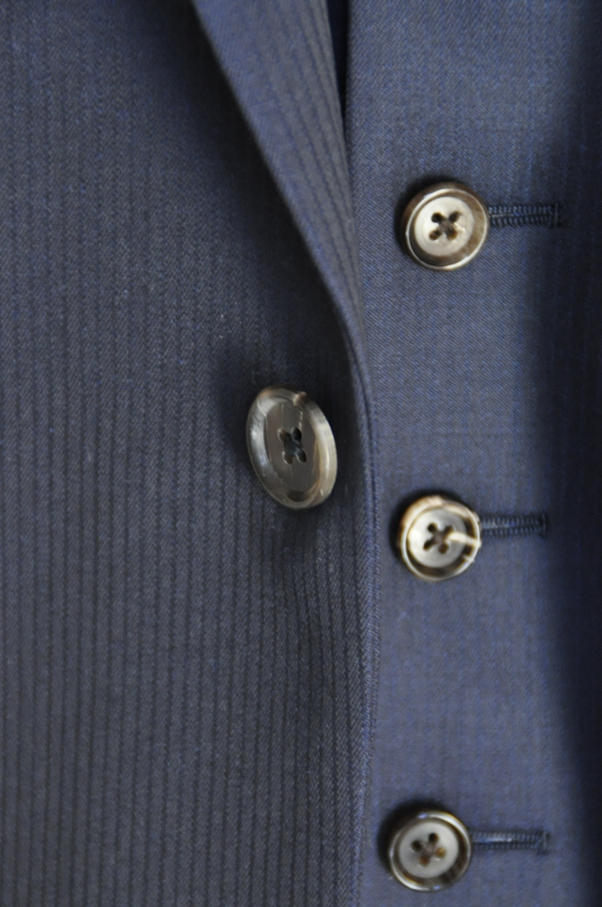 DSC0389 お客様のスーツの紹介-御幸毛織 Box Collection ネイビーストライプ スリーピース-