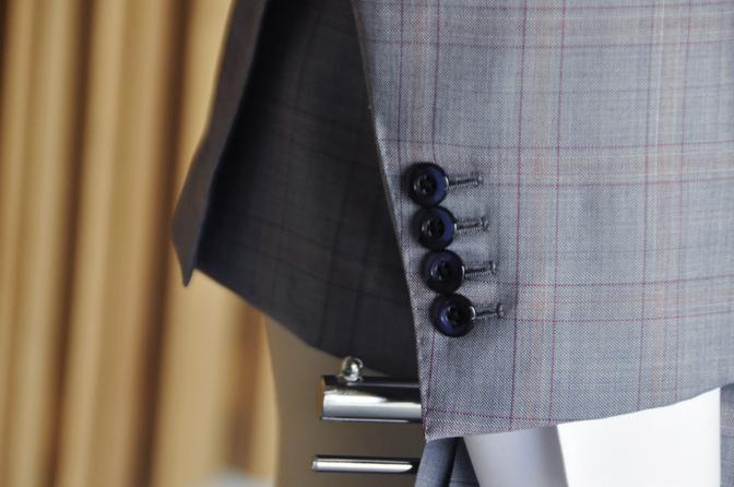 DSC0452-6 オーダースーツの紹介- SCABAL LONDONER ネイビーチェック ダブルで衿付きベストのスリーピース- 名古屋の完全予約制オーダースーツ専門店DEFFERT