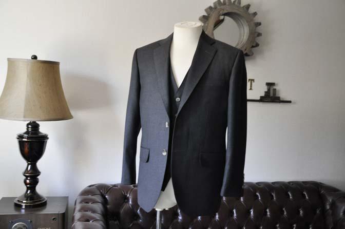 DSC0455-2 お客様のスーツの紹介- 御幸毛織 チャコールグレー スリーピース-