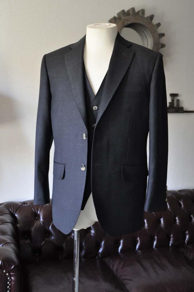 DSC0456-2 お客様のスーツの紹介- 御幸毛織 チャコールグレー スリーピース-