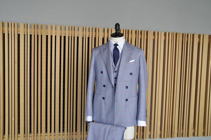 DSC0456-5 オーダースーツの紹介- SCABAL LONDONER ネイビーチェック ダブルで衿付きベストのスリーピース- 名古屋の完全予約制オーダースーツ専門店DEFFERT