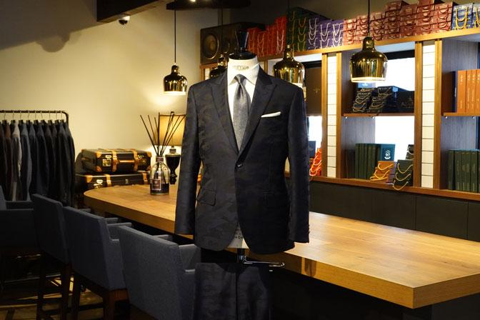 DSC04614 オーダースーツの紹介-Collezioni Biellesi ネイビー迷彩柄 成人式用スーツ-