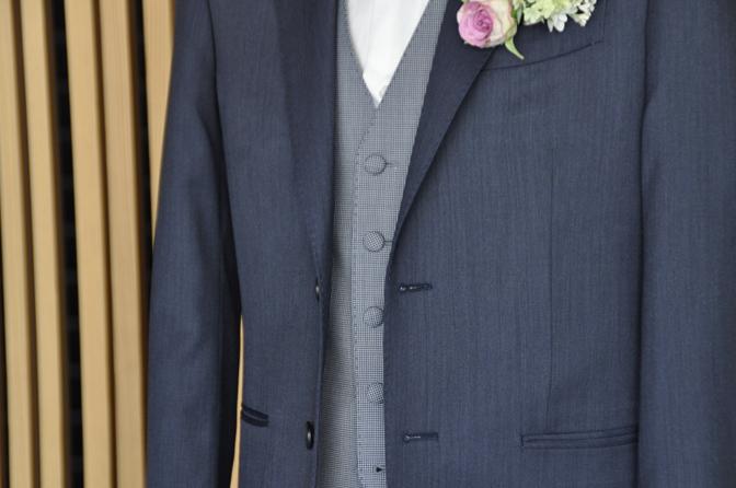 DSC0558-5 オーダータキシード(新郎衣装)の紹介-Biellesi無地ネイビーグレースーツ ブルー千鳥格子ベスト-