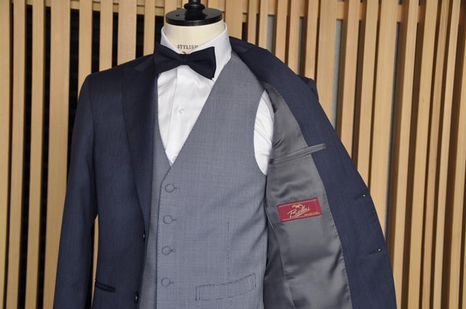 DSC0560-3 オーダータキシード(新郎衣装)の紹介-Biellesi無地ネイビーグレースーツ ブルー千鳥格子ベスト-