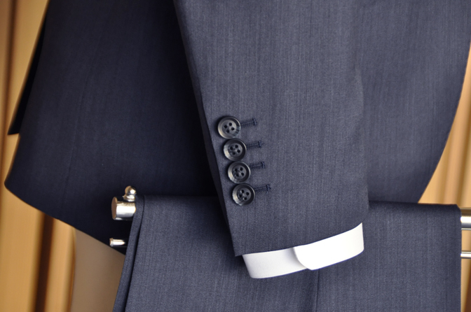 DSC0563-6 オーダータキシード(新郎衣装)の紹介-Biellesi無地ネイビーグレースーツ ブルー千鳥格子ベスト-