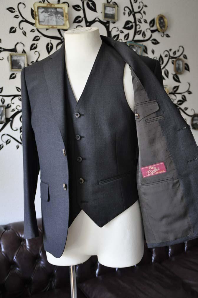 DSC0572-3 お客様のスーツの紹介-Biellesi無地チャコールグレースリーピース- 名古屋の完全予約制オーダースーツ専門店DEFFERT
