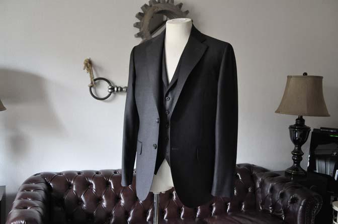 DSC0682-1 お客様のスーツの紹介- DUGDALE 無地チャコールグレー スリーピース-