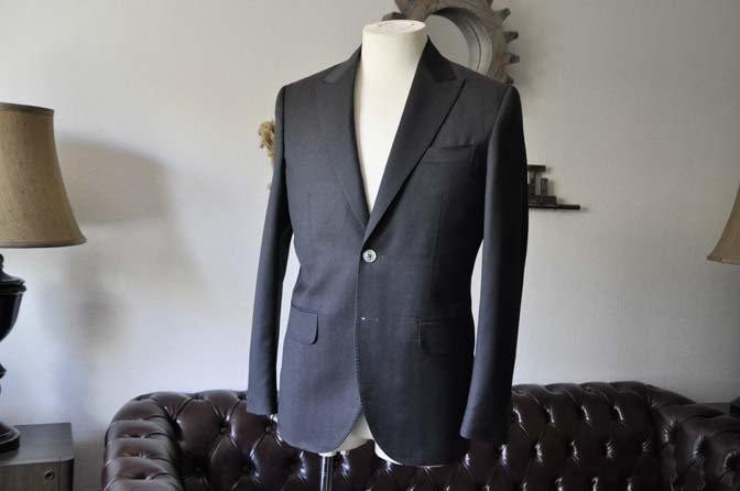 DSC0711-1 お客様のスーツの紹介- Biellesi 無地チャコールグレー-