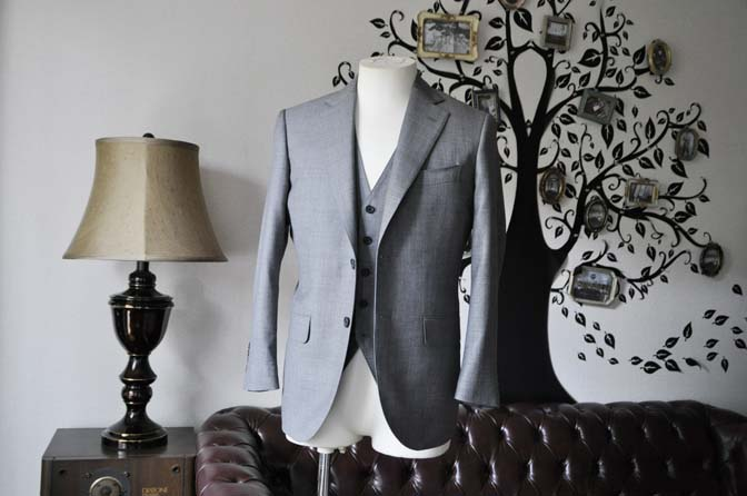 DSC0734-6 お客様のスーツの紹介-Biellesi無地グレー スリーピース- 名古屋の完全予約制オーダースーツ専門店DEFFERT