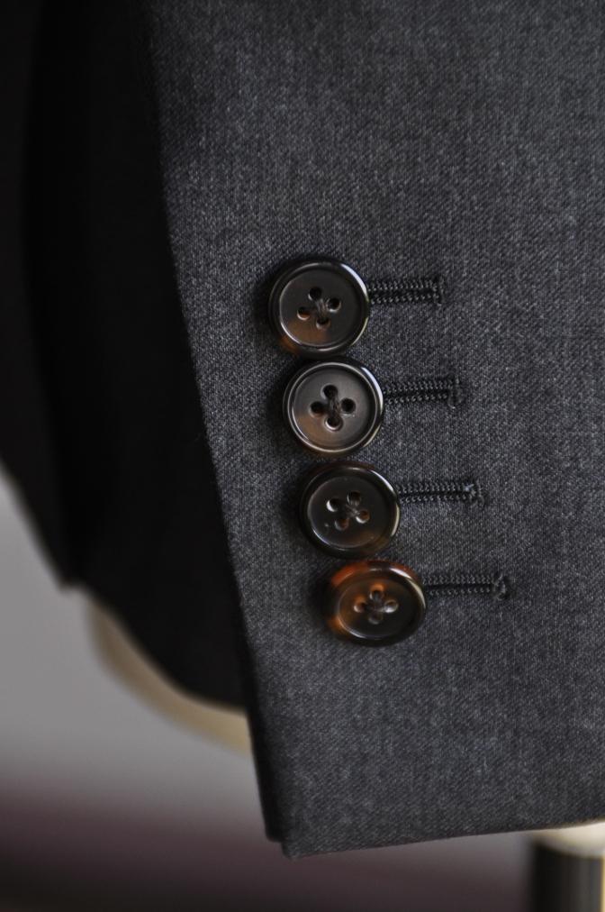 DSC07453 スーツの袖ボタンは何の為の物??
