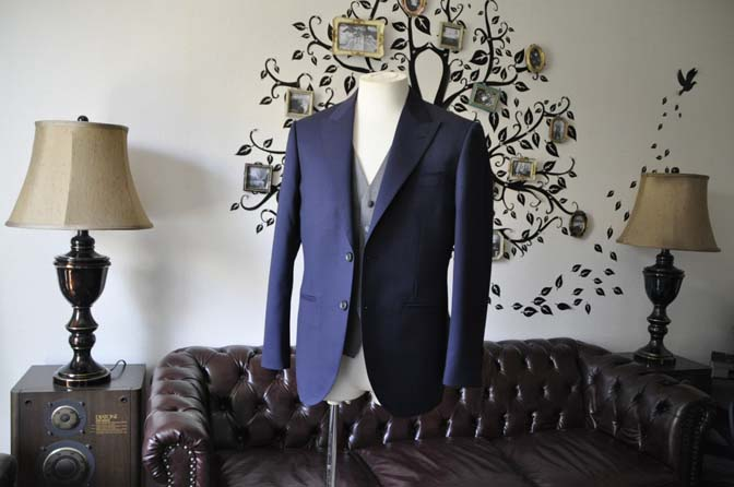 DSC0770-3 お客様のウエディング衣装の紹介- Biellesi無地ネイビースーツ ライトグレーベスト-
