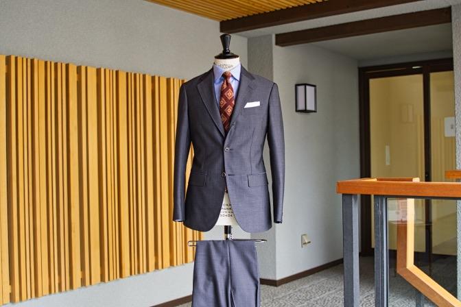 DSC08283 オーダースーツの紹介-LASSIERE MILLS  ネイビーグレーモヘア混スーツ-