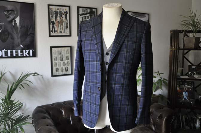 DSC08644 お客様のウエディング衣装の紹介-CANONICOネイビーチェックスーツ グレーベスト-