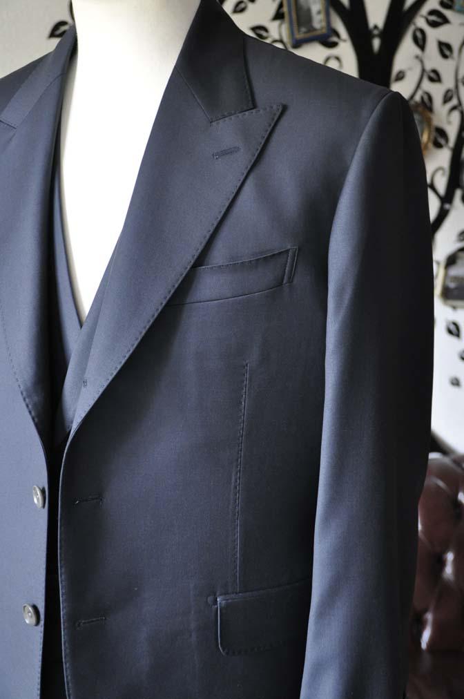 DSC0872-4 オーダースーツの紹介-Loro Piana 無地ネイビー ピークドラペルにダブルジレのスリーピース- 名古屋の完全予約制オーダースーツ専門店DEFFERT