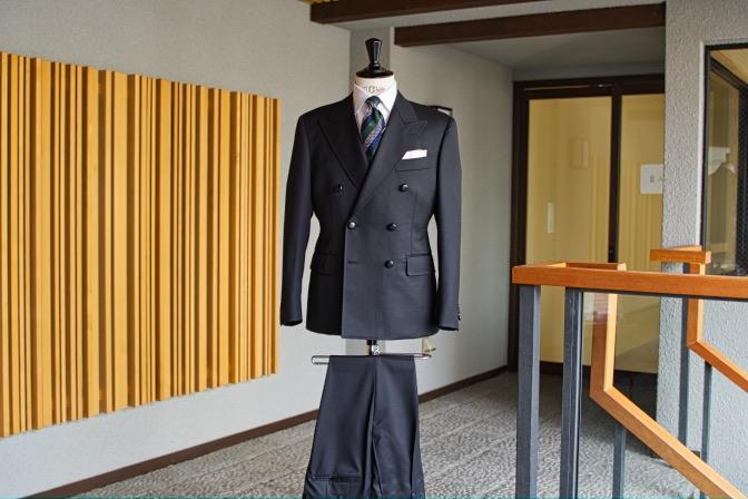 DSC08790 オーダースーツの紹介-Savile Cliffordブラックダブルスーツ-