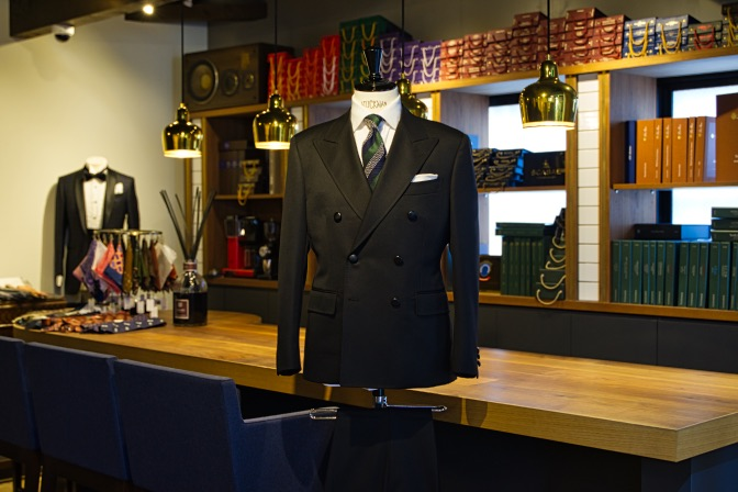 DSC08807 オーダースーツの紹介-Savile Cliffordブラックダブルスーツ-