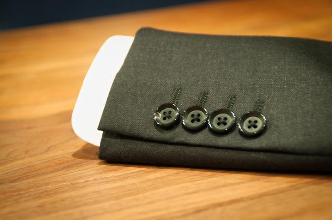 DSC0900 なぜスーツの袖の長さはシャツより短めなのでしょうか?