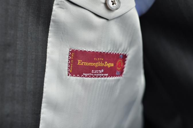 DSC0908-2 オーダースーツの紹介-Ermenegild Zegna ELECTA チャコールグレー襟付きダブルスリーピース-