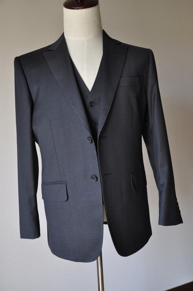 DSC10061 お客様のスーツの紹介-BIELLESI チャコールグレー スリーピース-