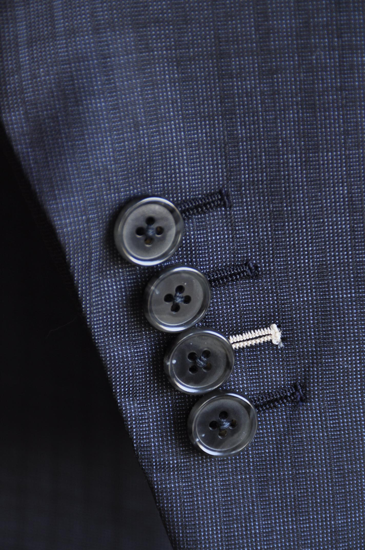DSC11672 ボタンホール糸色変更 名古屋の完全予約制オーダースーツ専門店DEFFERT
