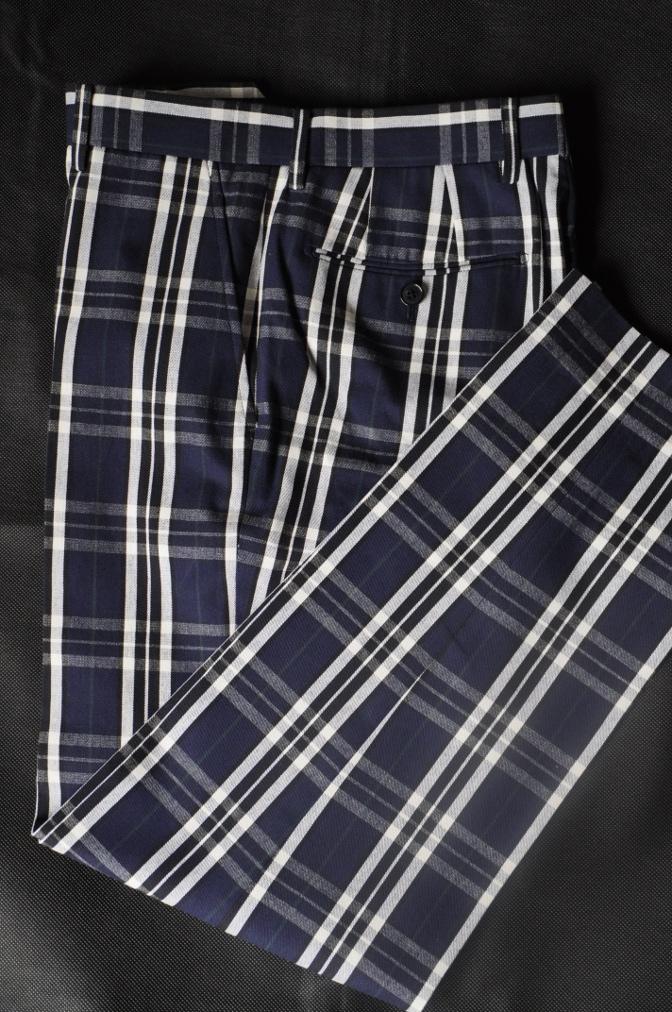 DSC11782 お客様のウエディング衣装の紹介-無地ネイビースリーピースにチェックパンツ-